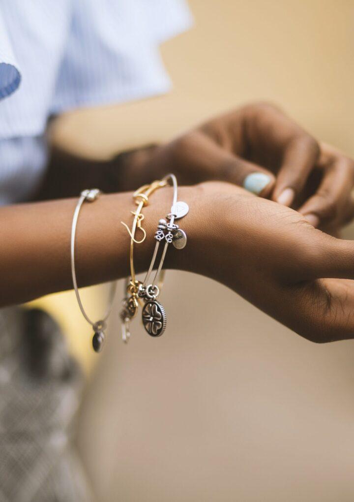 Złote bransoletki – jak dopasować?